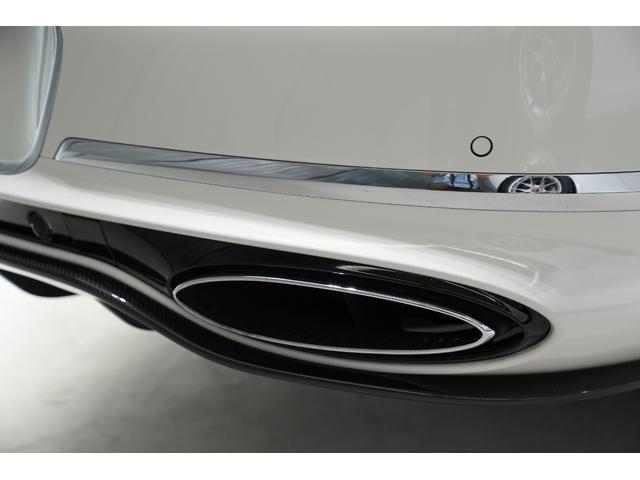 リアディフューザーの両サイドには、マフラーエンドはオーバル形状となり一体感のあるデザインとなっております。