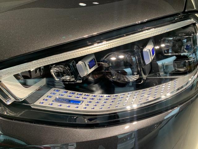 ヘッドライト性能も向上し、片側約130万画素のプロジェクションモジュールを瞬時に抑制する高解像度DIGITALヘッドライトを搭載。他車・歩行者への防眩性能を高め、高詳細な照射を実現しております。