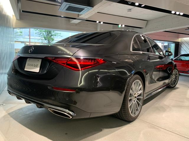 リアデザインも新デザインのフルLEDリアコンビネーションライトを採用。特徴的なクリスタルピンで構成され視認性を高めつつ、トランクの開口部も確保するため、2ピース構造で構成されております。