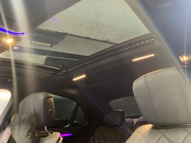 パノラミックスライディングルーフは室内の開放感をもたらし、チルトアップ機能で換気も行えます。車速が上がりますとルーフ角度を調整しノイズを減少させます。