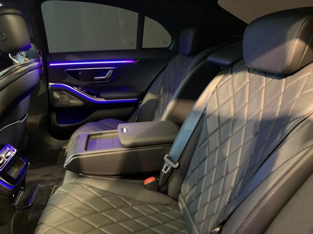 リアシートの居住性も上がり、膝回りにゆとりができ、立体的なシートデザインがより快適な空間を生み出しています。シートヒーターを装備しております。