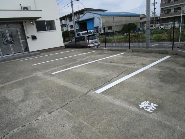 お客様用駐車場も完備しており、ゆっくりお車をご覧いただけます!