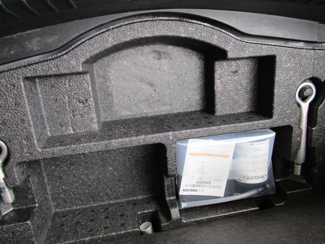トランクスペース下には小物の収納にも便利なアンダートレイを装備しておりますっ!