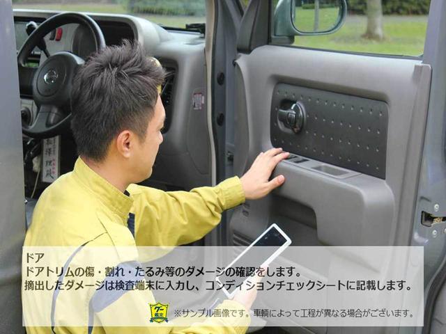 """""""ドアドアトリムの傷・割れ・たるみ等のダメージの確認をします。摘出したダメージは検査端末に入力し、コンディションチェックシートに細かく記載します。"""""""