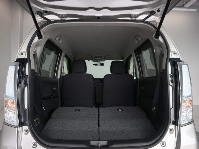 後部座席を倒すと荷室空間が広がり、大きな荷物を乗せる際に便利です。