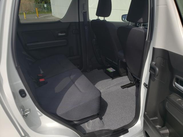 後席もゆったりとしたスペースを確保しています。ドアには濡れたままの傘を収納できる『アンブレラホルダー』を搭載!水滴は車外に出るので安心です♪