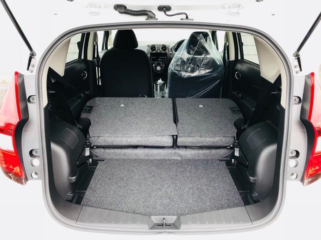☆ 後部座席の背もたれを倒して頂けると広々とした荷室フロアを確保できます。