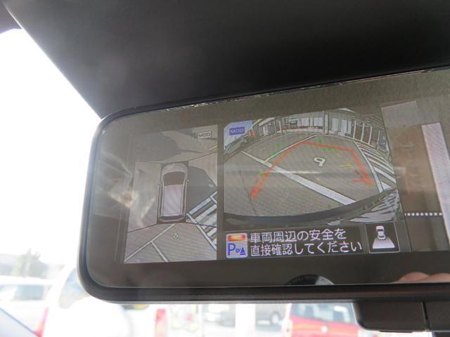 駐車の際はアラウンドビューモニターで車を上空から見下ろしているかのような映像をルームミラーに映し出してくれますので周囲の状況がひと目で把握でき、駐車がラクラクです。