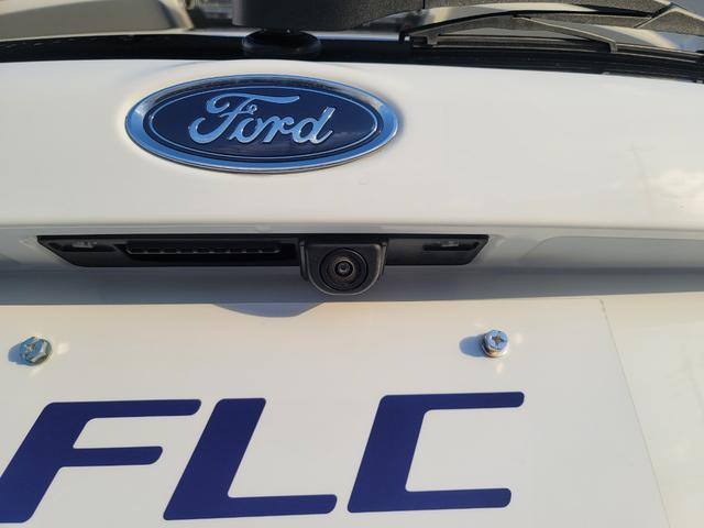 メーター間にあるインフォメーションモニターでは各種設定が行え、スピード計のデジタル表示や燃費等を表示可能。