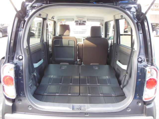 後部座席を倒せばここまでスペースが広がるので、大きな荷物をたっぷり積むことができます。