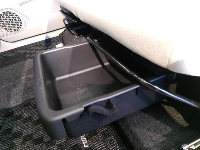 【シート下収納】シート下にはこのようなBOX収納があります。「軽自動車は収納が少ないから・・・」という方にも安心♪