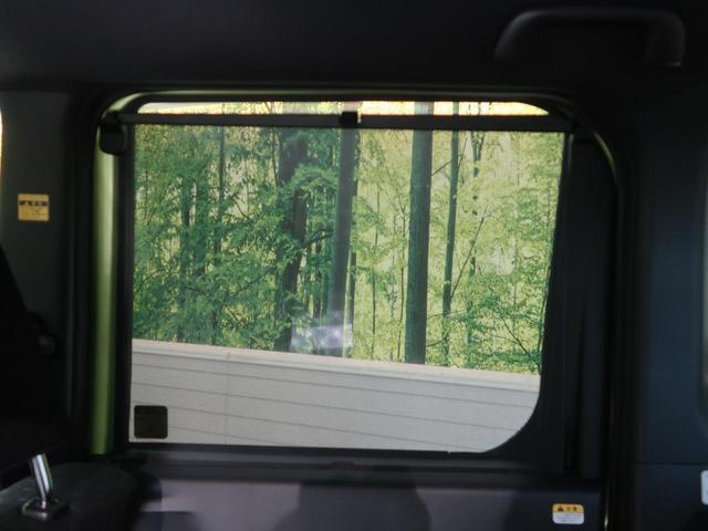 【リアロールサンシェード】後席の窓にはサンシェードが内蔵しています。下から引き上げて窓の上のフックにかけるだけで、簡単に日よけになります。