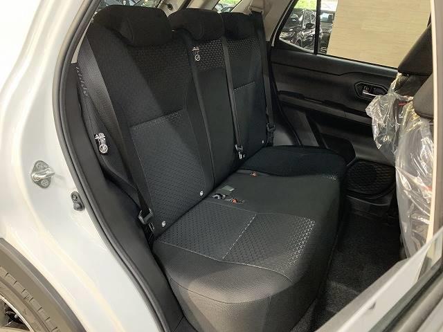 セカンドシートはリクライニング可能でくつろぎの空間。大人二人が乗っても十分なスペースです。