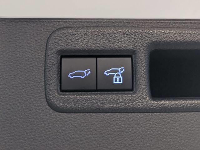 【電動リアゲート】ボタンひとつで大きなゲートも簡単に開閉可能です。高級車ならではの装備は嬉しいですね。