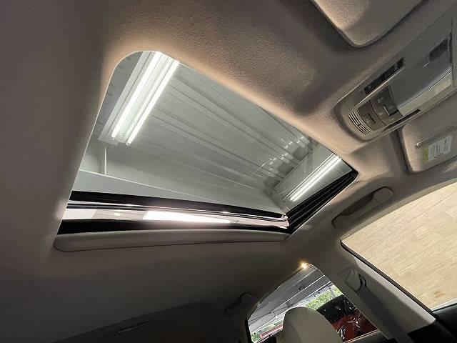 【チルト&スライド電動ムーンルーフ】開放感たっぷりの人気アイテム。風を感じながらのドライブは気持ちいいですね。