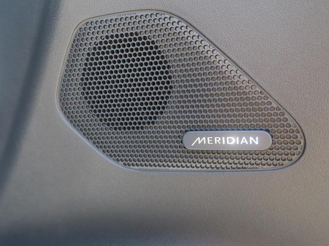 英国の歴史あるオーディオブランド【MERIDIAN】スピーカーにより臨場感溢れる室内音響を実現します。普段のドライブをより一層素敵なものに変えてくれます。