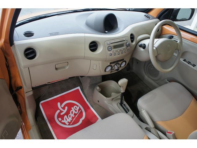助手席の足元も充分なスペースです。見た目小さい車ですが居住空間はしっかり確保されています。