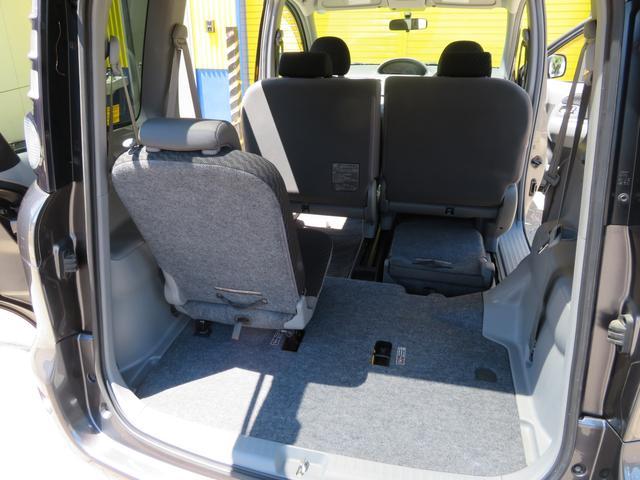 サードシートはセカンドシート下に収納する事ができます。