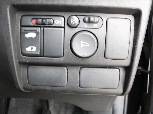 助手席側パワースライドドアが付いています。ワンタッチで簡単にお子様でも、お年寄りの方でも、開閉できますからとても便利です。キーレスや車内スイッチでも自動でドアの開閉できます。