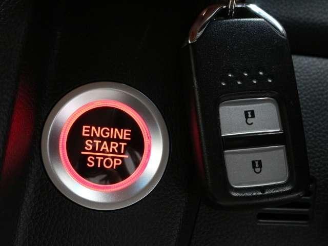 人気のスマートキーを装備しております。 鍵をカバンやポケットに入れたままでもエンジンスタートやドアロックできるラックラクの快適装備! 人気装備ですね!