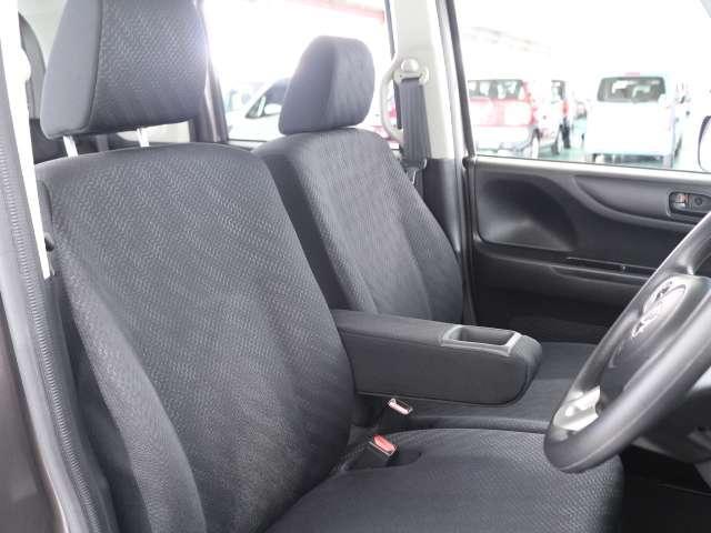 フロントベンチシートですので足元もゆったり広々快適です 運転席と助手席への移動も楽々です