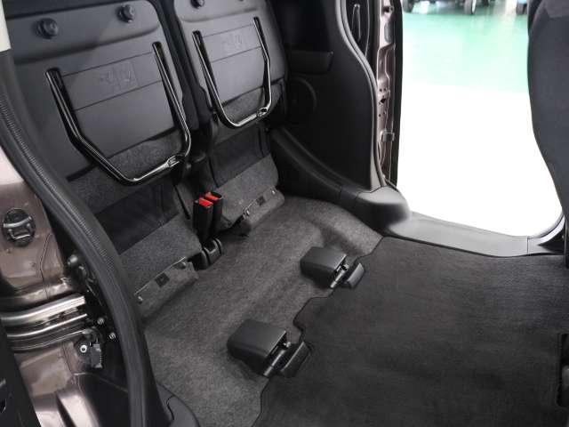 リアシートをチップアップすれば、横からも荷物の積めるもう一つのラゲッジスペースに!背の高い荷物も積めて便利です。