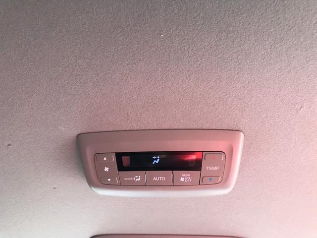 リアエアコンも付いているので後席の温度調整も可能です!