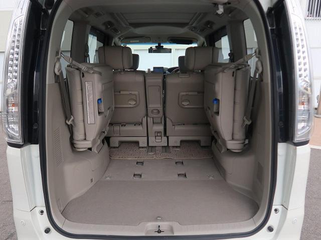 サードシートは、横に跳ね上げることができます☆レバーを引くだけで女性の方でも楽に跳ね上げる事ができ、大容量の収納スペースを確保できます♪