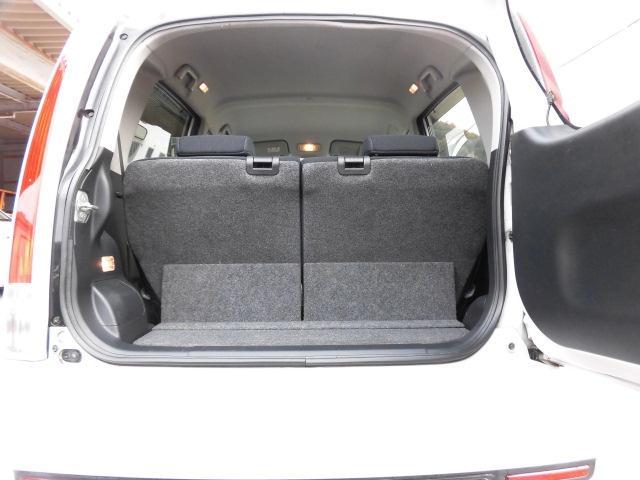 シートを倒せばフラットな荷室を確保できます。