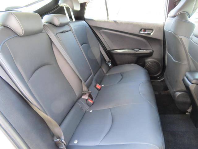 足元広々の座り心地良好、後席ですよ。 ドライブ中、長い間同じ体勢で居るのって大変ですよね。 長く座っているものだから、リラックスできるシートがいいですよね。