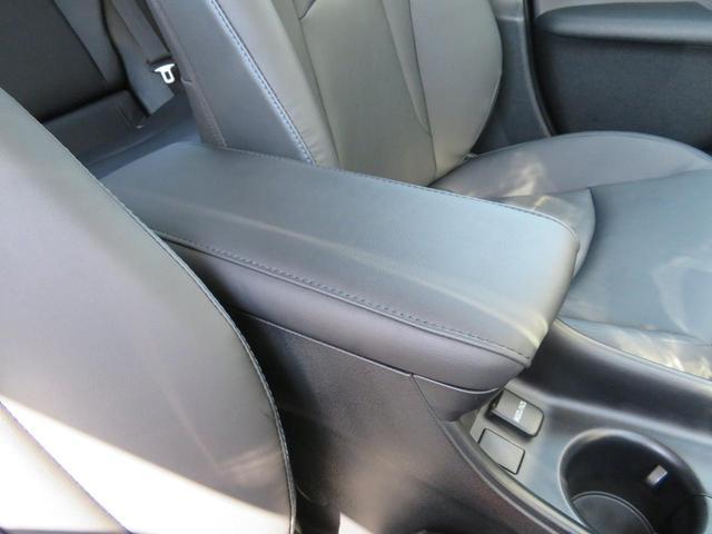 大きなアームレストで、運転席の方も助手席の方もおけますよ。