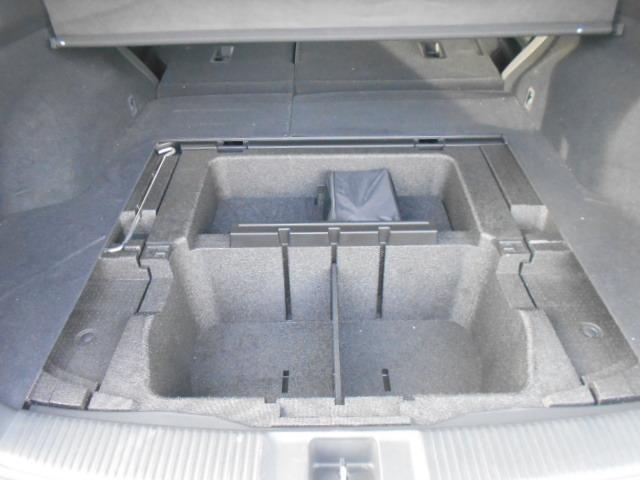 サブトランク 三角表示板や洗車道具、小物などの収納スペースに便利です。