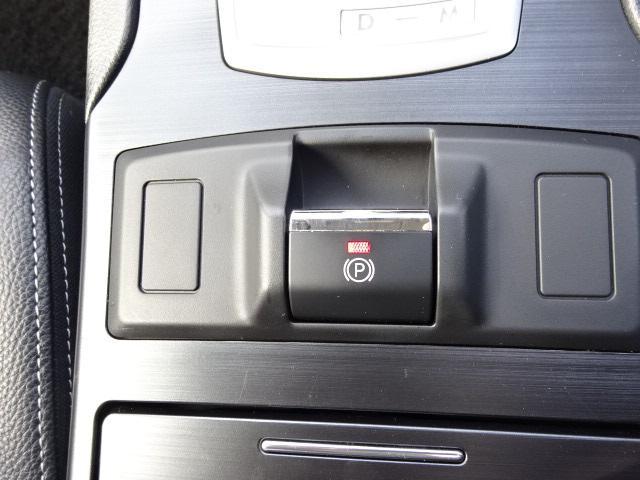電動パーキングブレーキ(ヒルホールド機能付)スイッチひとつで作動・解除が可能。発進時はアクセルを踏めば解除可能。上り坂で車を停車時に自動的にパーキングブレーキが作動する「ヒルホールド機能」も。
