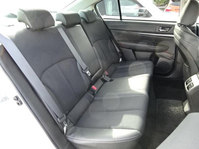 リヤシート 奥行のある座面と程良い角度の背面が快適な乗り心地を齎してくれます。長距離ドライブも快適ですよ。