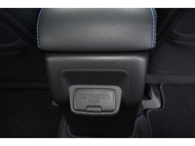後席用USBポート 携帯電話やI-Padの充電に便利です。