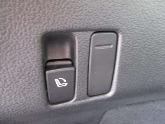 リヤラゲッジスペースから指先一つでリヤシートを倒して荷室スペースを広く使用することができます。