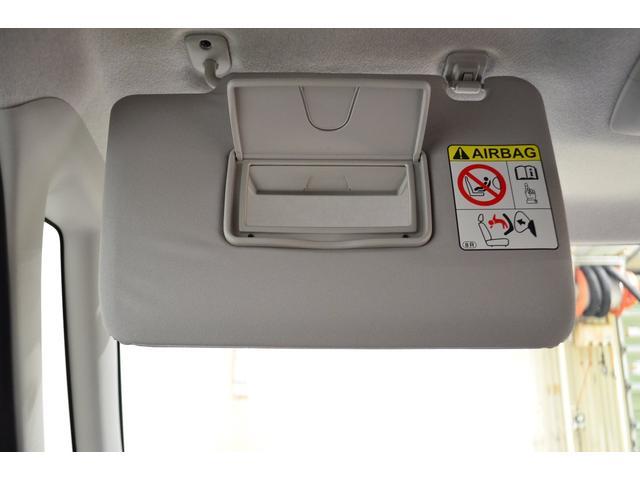 助手席側にもバニティミラーが付いています