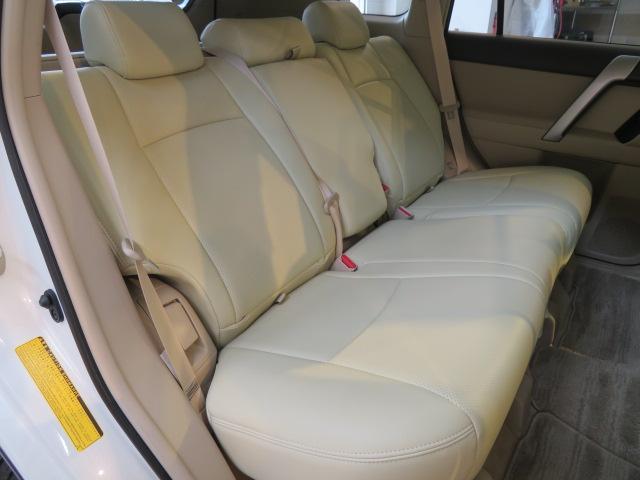 セカンドシートもゆったりとしたスペースが確保されております。