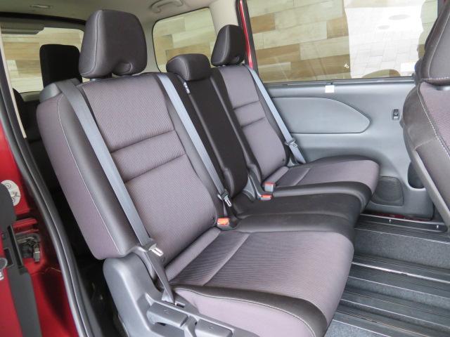 セカンドシートは大人二人が乗っても十分なスペースがしっかりと確保されております。前のオーナーがしっかりと管理されているお車で綺麗な状態がキープされております。