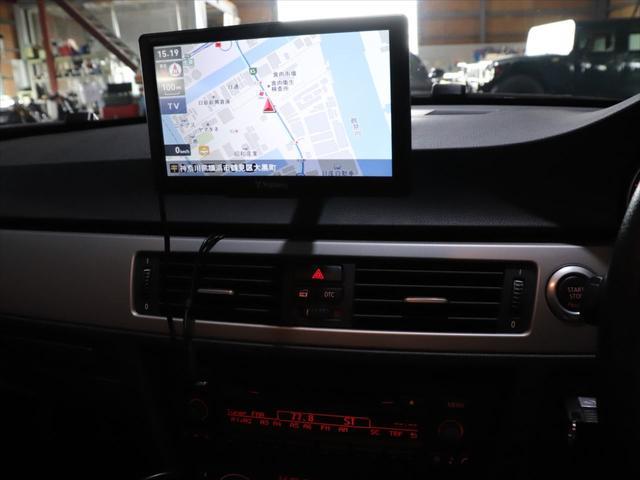 320i RAYS20インチアルミホイール/ダウンサス RS-R/レザーシート/純正オーディオ/CD再生/AUX端子 スマホ接続可能/社外ポータブルナビyupiteru MOGGY/テレビ ワンセグ/(19枚目)