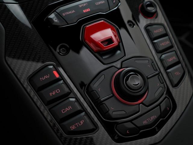 中央の赤いカバーを上に開けると、エンジンのスタータースイッチがあります。