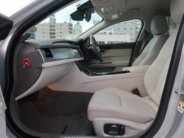 18インチ5スポークスタイル(グロスブラックフィニッシュ)アルミホイール装着!ボディーカラーとの相性がよく、ロゴホイールキャップが栄えるデザイン性と標準より1サイズアップしたサイズ感が魅力的!