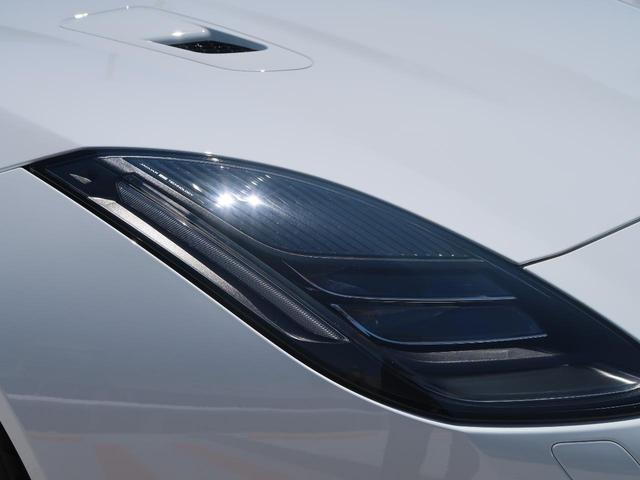特徴的な「Jブレード」デザインのLEDデイタイムランニングライトには、方向指示灯が統合されています。特徴的なバーライトがヘッドランプの外側に沿って配されたデザインでございます。
