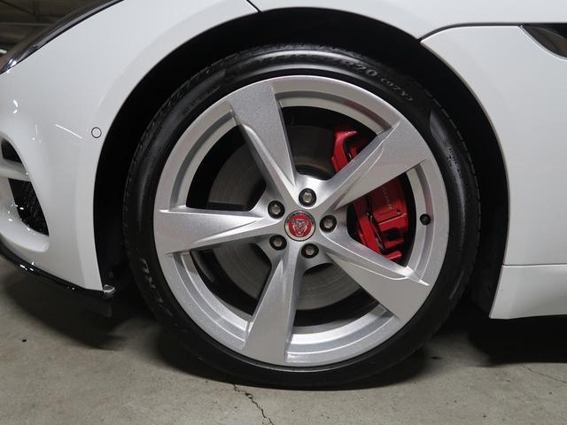 20インチ5スプリットスポークホイール!目を惹くデザインで車体との相性も良く必見の装備です。ホイールの中に見えるレッドブレーキキャリパーがスポーティなF-TYPEの魅力を際立たせます!