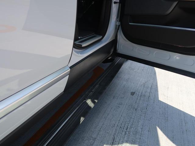 ディーラーオプションの電動サイドステップを装備しております。負担が少なく乗降が可能になります。ルーフへのアクセスも良くなるため、キャリアを付けたときや洗車時にも足場として使えます。