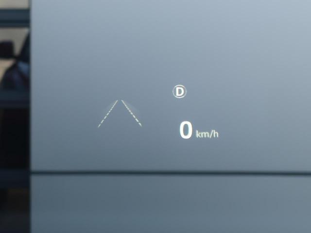 ヘッドアップディスプレイは運転中に役立つ情報をフロントガラスに映し出します。独自のレーザー技術により、直射日光が当たるような状況にも対応。走行速度、ナビゲーションなどの情報を、クリアに表示します。