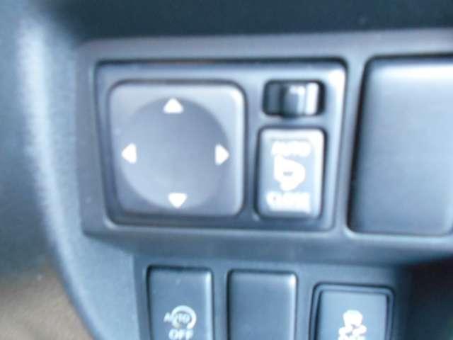 電動格納式ドアミラーです。自動格納コントローラー付きで、ドアロックすると閉じてエンジンがかかると開きます。ドアロックの状態もひと目でわかるスグレモノです。