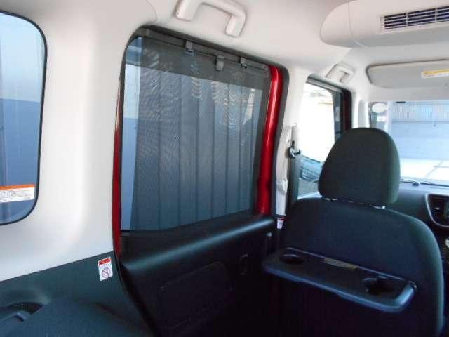 窓からの日差しを遮り、プライバシーの保護などにも役立つロールサンシェード。エアコン+シーリングファンの併用で体感温度がマイナス4℃(体感温度には個人差があります)