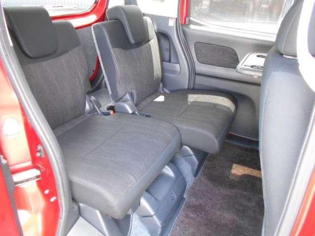 リヤシートは260mmものスライド量、前席のすぐ後ろまで移動可能です。ママが前席に座ったままで、後席のこどもの世話ができて便利です。