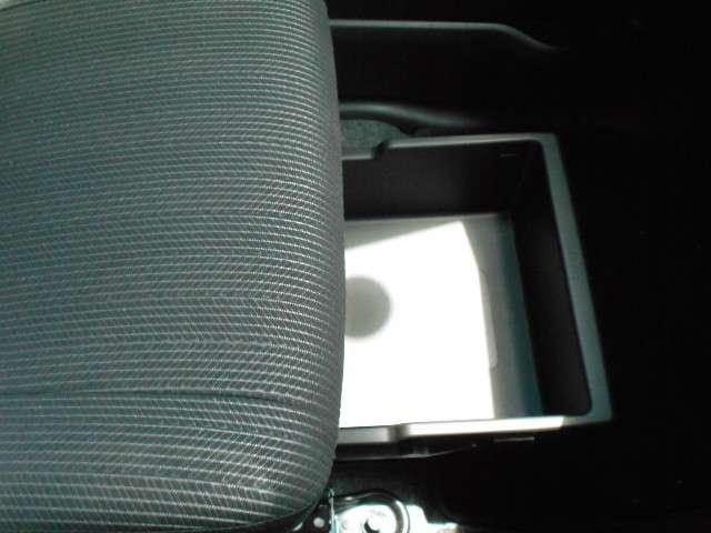 助手席シートの下に、便利な前後スライド式のアンダーボックスを装備。運転用の替え靴や、車内に常備したいこども用品、着がえた服などを収納できます